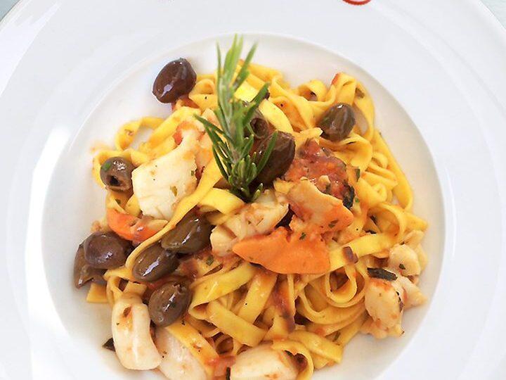 In pochi minuti, fettuccine Michelis con capesante, aglio orsino, olive nere e scorzette di agrumi.